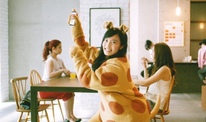 小島瑠璃子(こじるり)のチケキャンCM犬の着ぐるみが可愛い!ダンスとドラムも必見!